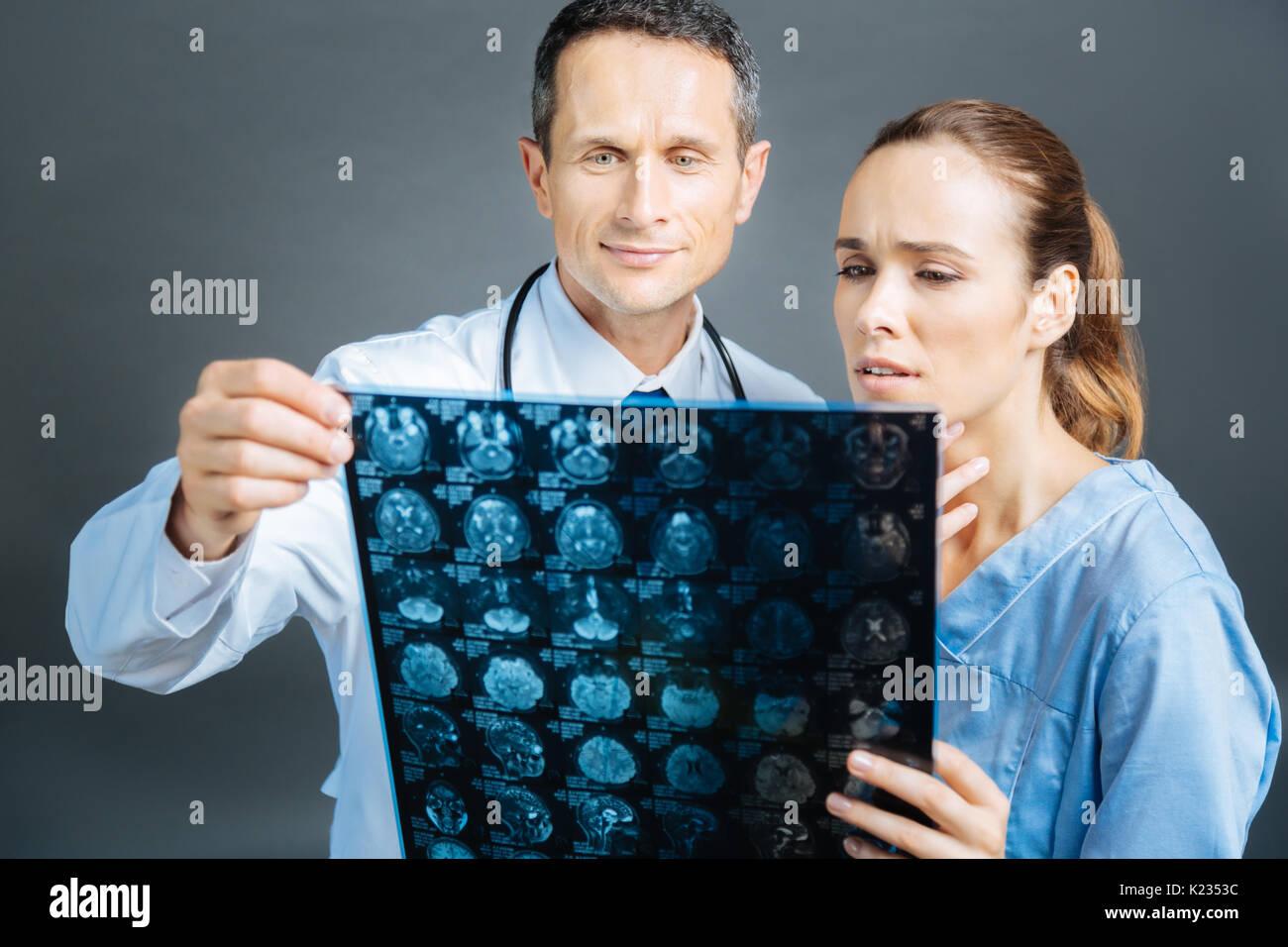 I professionisti del settore medico counseling sulla diagnosi del paziente insieme Immagini Stock