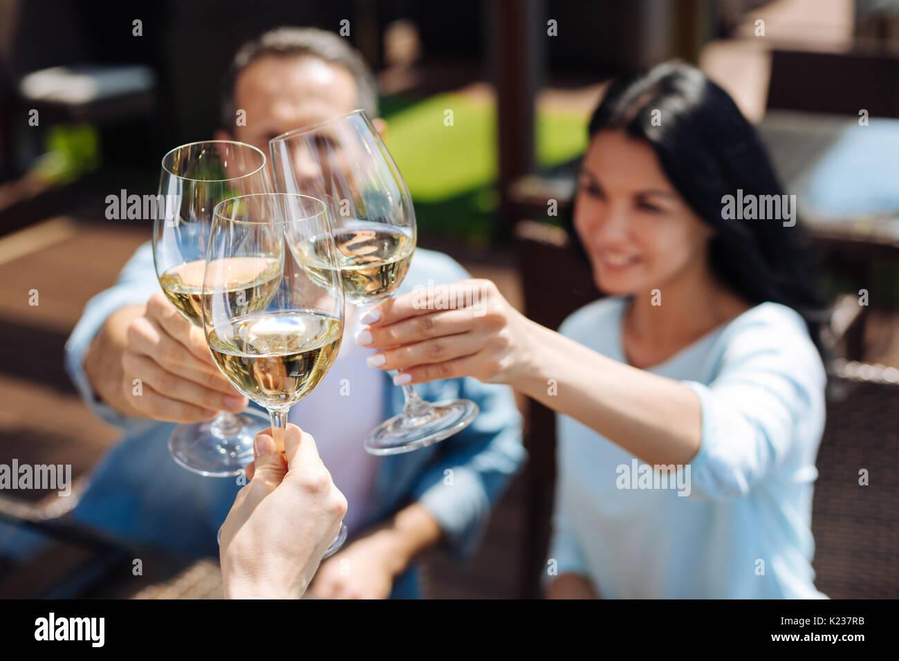 Messa a fuoco selettiva di bicchieri riempiti di vino Immagini Stock