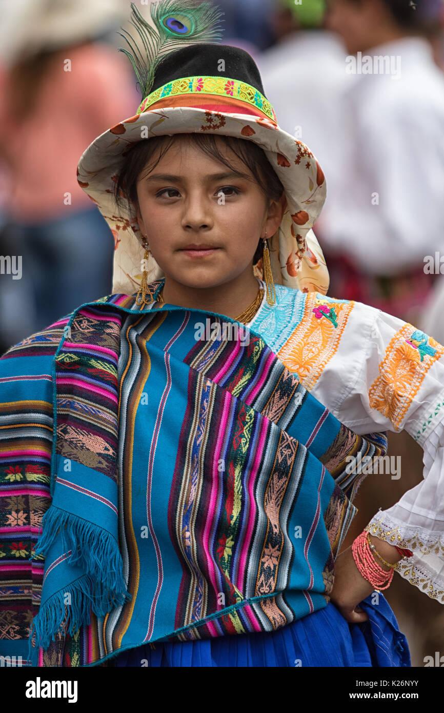 Giugno 17, 2017 Pujili, Ecuador: giovani indigeni la ragazza di colore brillante abbigliamento tradizionale presso il Corpus Christi parade Dancing in the street Immagini Stock