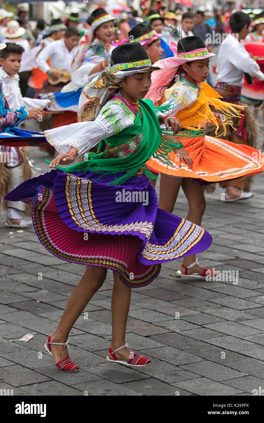 Giugno 17, 2017 Pujili, Ecuador: femmina danzatori vestiti in abiti tradizionali in movimento con il Corpus Christi parata annuale Immagini Stock