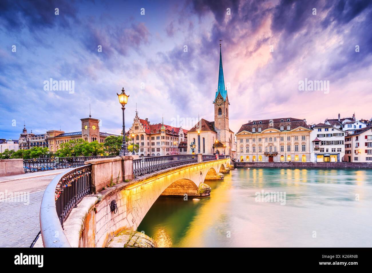 Zurigo, Svizzera. Vista del centro storico della città con la famosa Chiesa di Fraumuenster, sul fiume Limmat. Immagini Stock