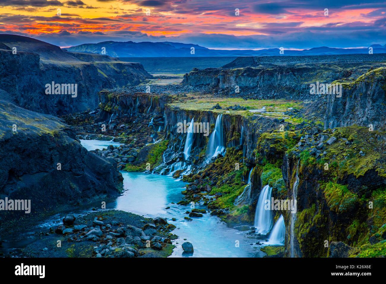 Canyon con molteplici cascate nella regione meridionale di Islanda Immagini Stock