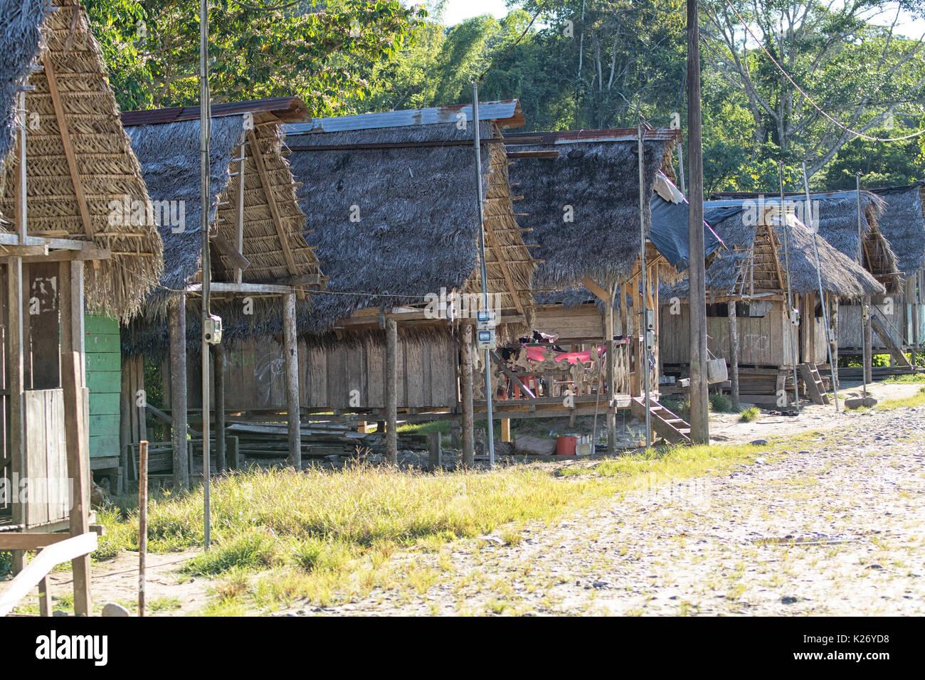 Giugno 6, 2017 Misahualli, Ecuador: fila di piccoli abitare baracche di legno tavole nell'area amazzonica Immagini Stock