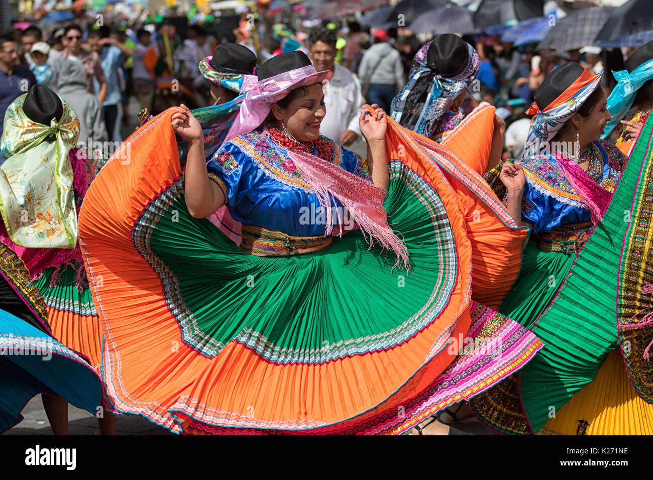 Giugno 17, 2017 Pujili, Ecuador: femmina ballerino in abbigliamento tradizionale in movimento con il Corpus Christi parata annuale Immagini Stock