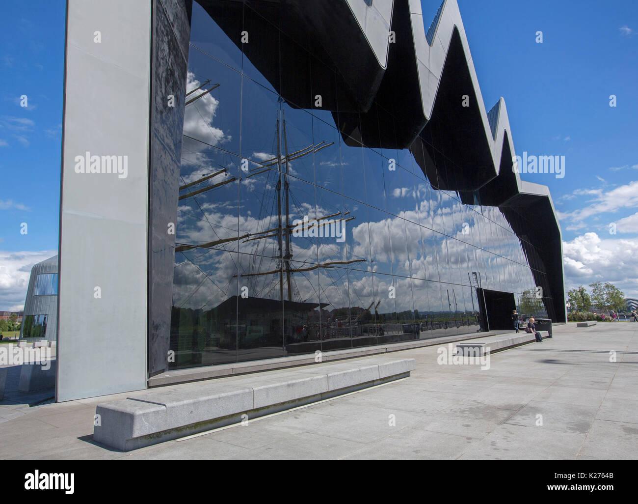 Grande e singolare edificio visualizzazione di architettura moderna con enorme parete di vetro scuro, Riverside Foto Stock