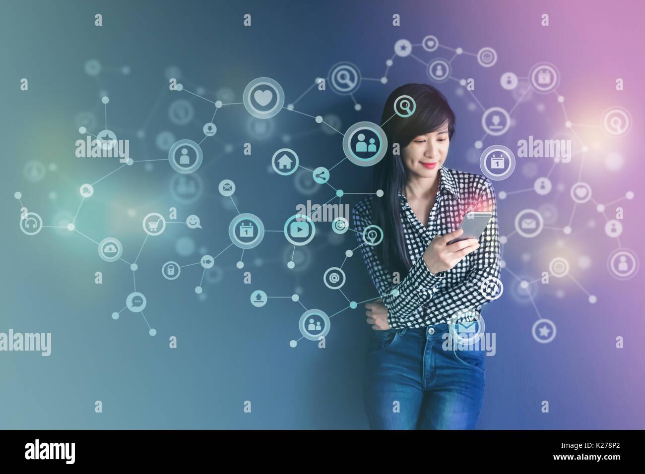 La tecnologia di comunicazione sulla vita quotidiana tramite Smart Phone concetto, social media o sistema di rete presente su Soft focus di Felice donna in piedi e enj Immagini Stock