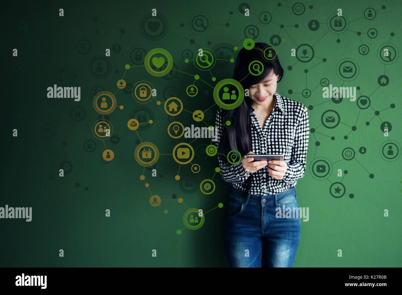La tecnologia di comunicazione sulla vita quotidiana tramite Smart Phone concetto, social media o sistema di rete presente su Soft focus di Felice Smiley face donna stan Immagini Stock