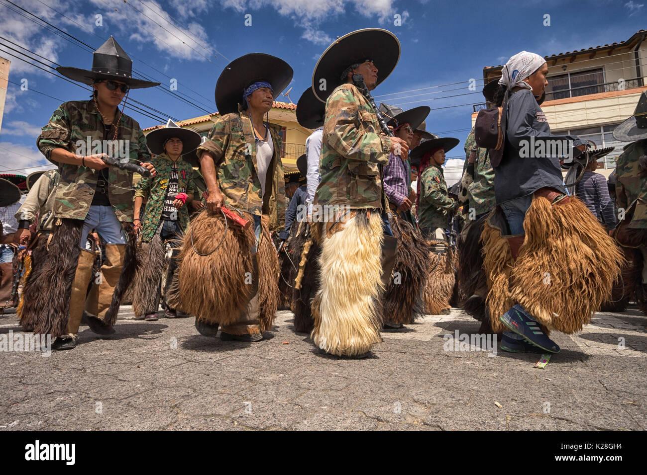 Giugno 25, 2017 Cotacachi, Ecuador: basso angolo di visione degli indigeni quechua uomini che indossano chaps ad Inti Raymi celebrazione Immagini Stock