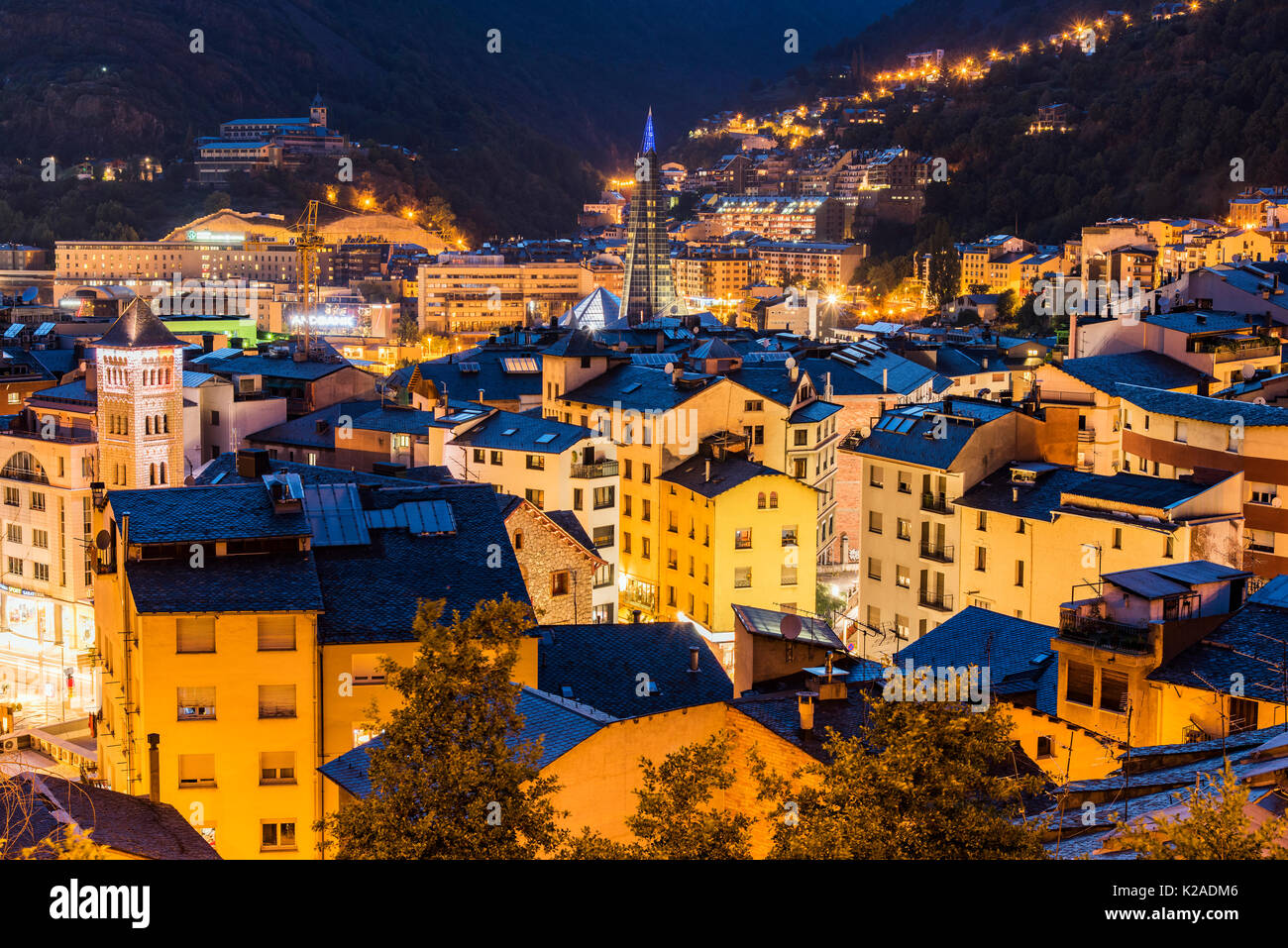 Skyline della città di notte, Andorra La Vella, Andorra Immagini Stock