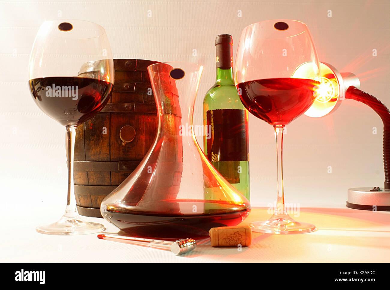 Bicchieri decanter bottiglia e canna illuminato da una lampada
