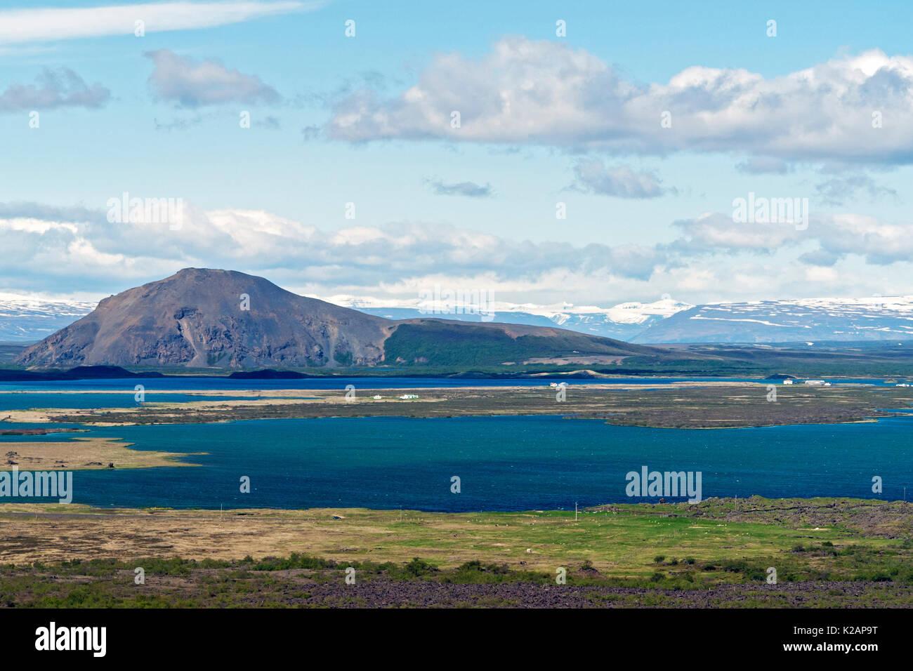 Tipico Islanda mattina seascape con le aziende agricole in un fiordo Immagini Stock
