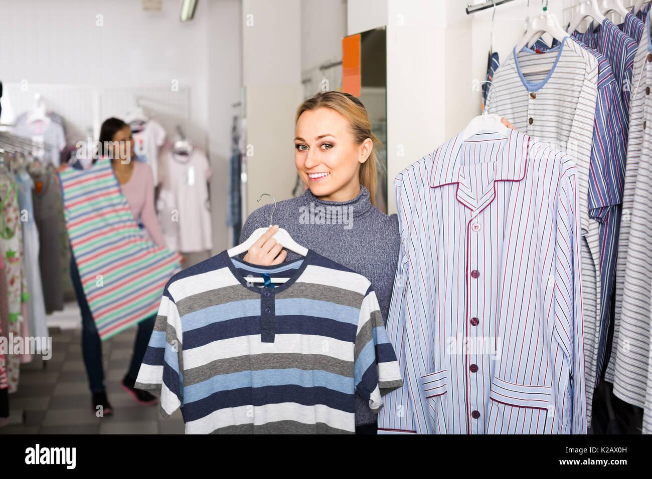 size 40 140f9 019cf Piuttosto giovane donna scelta top pigiami per uomo nel ...