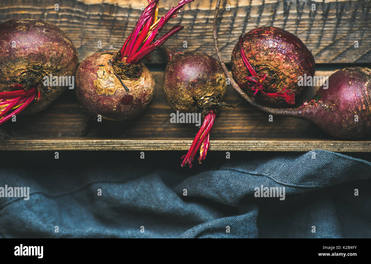 Materie organiche delle barbabietole viola in cassetta di legno Immagini Stock