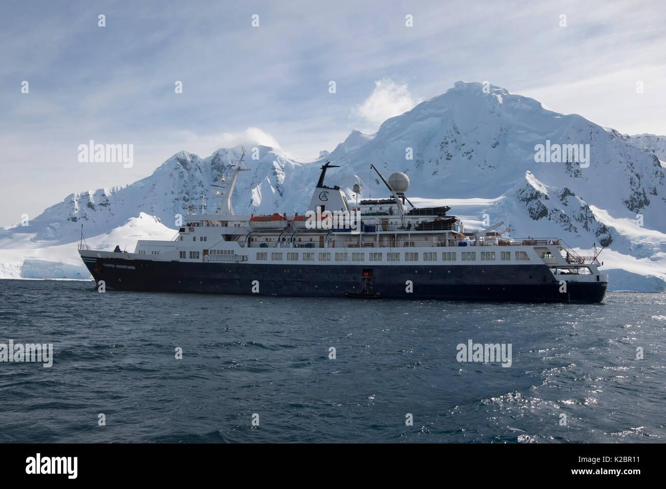 'Clipper Adventurer' che sono ancorate al largo di Brabant isola, a sud le isole Shetland, Penisola antartica. Novembre, 2011. Tutti i non-usi editoriali deve essere eliminato singolarmente. Immagini Stock