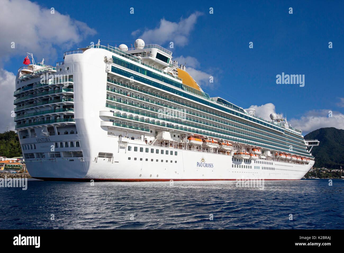 Crociera transatlantica nave ormeggiata in Dominica, dei Caraibi. Tutti i non-usi editoriali deve essere eliminato singolarmente. Immagini Stock