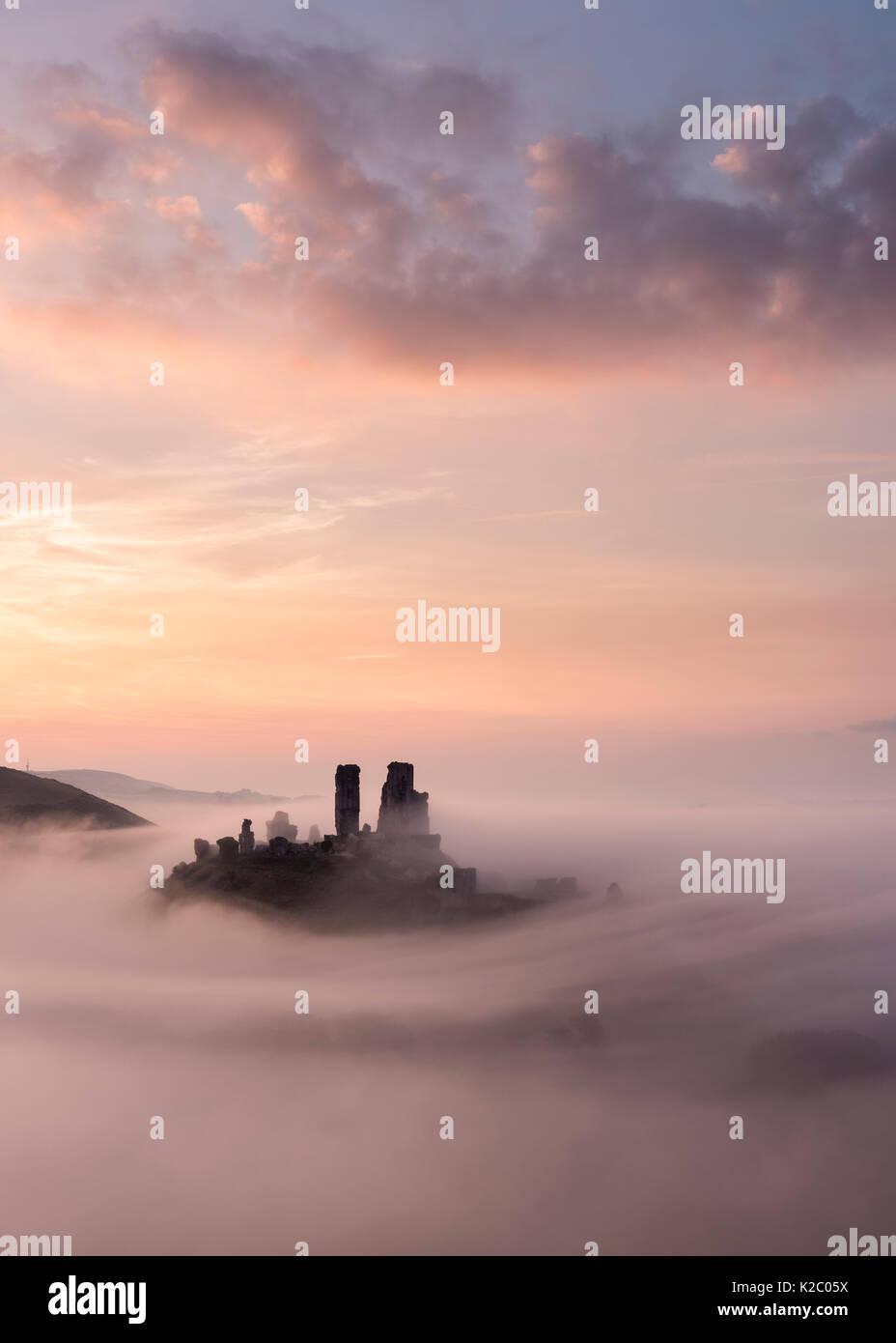 Corfe Castle all'alba con nebbia, Corfe Castle, Dorset, Regno Unito. Settembre 2014. Foto Stock