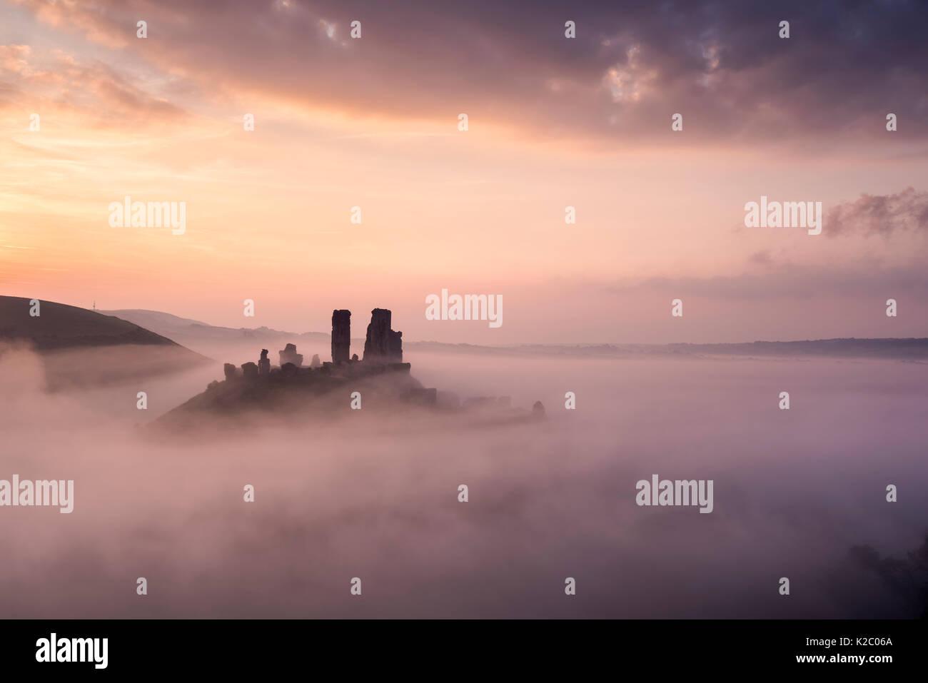 Corfe Castle e il villaggio all'alba con nebbia, Corfe Castle, l'Purbecks, Dorset, Regno Unito. Settembre 2014. Foto Stock