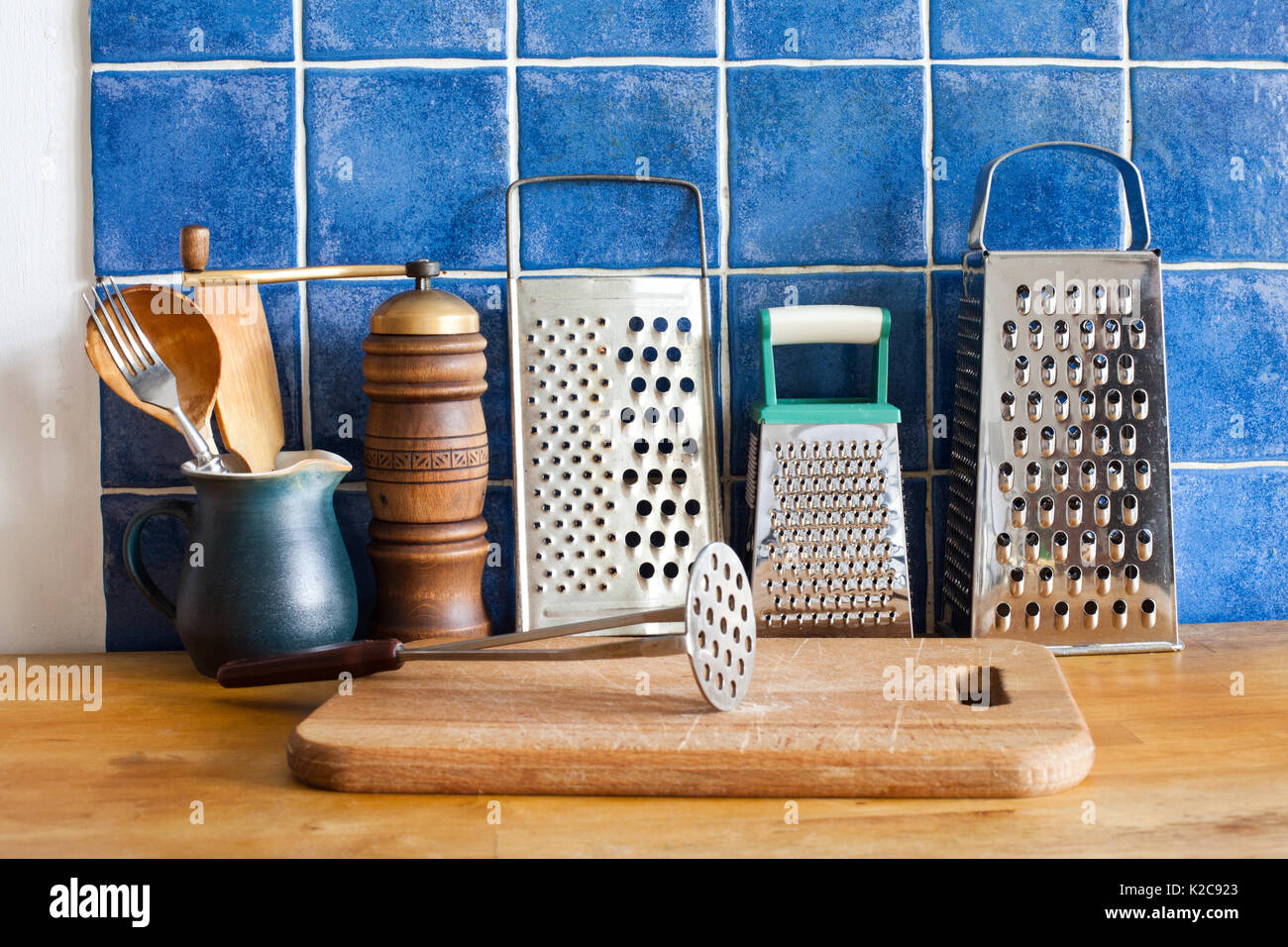 Cucina ancora in vita vintage utensili stoviglie grattugie