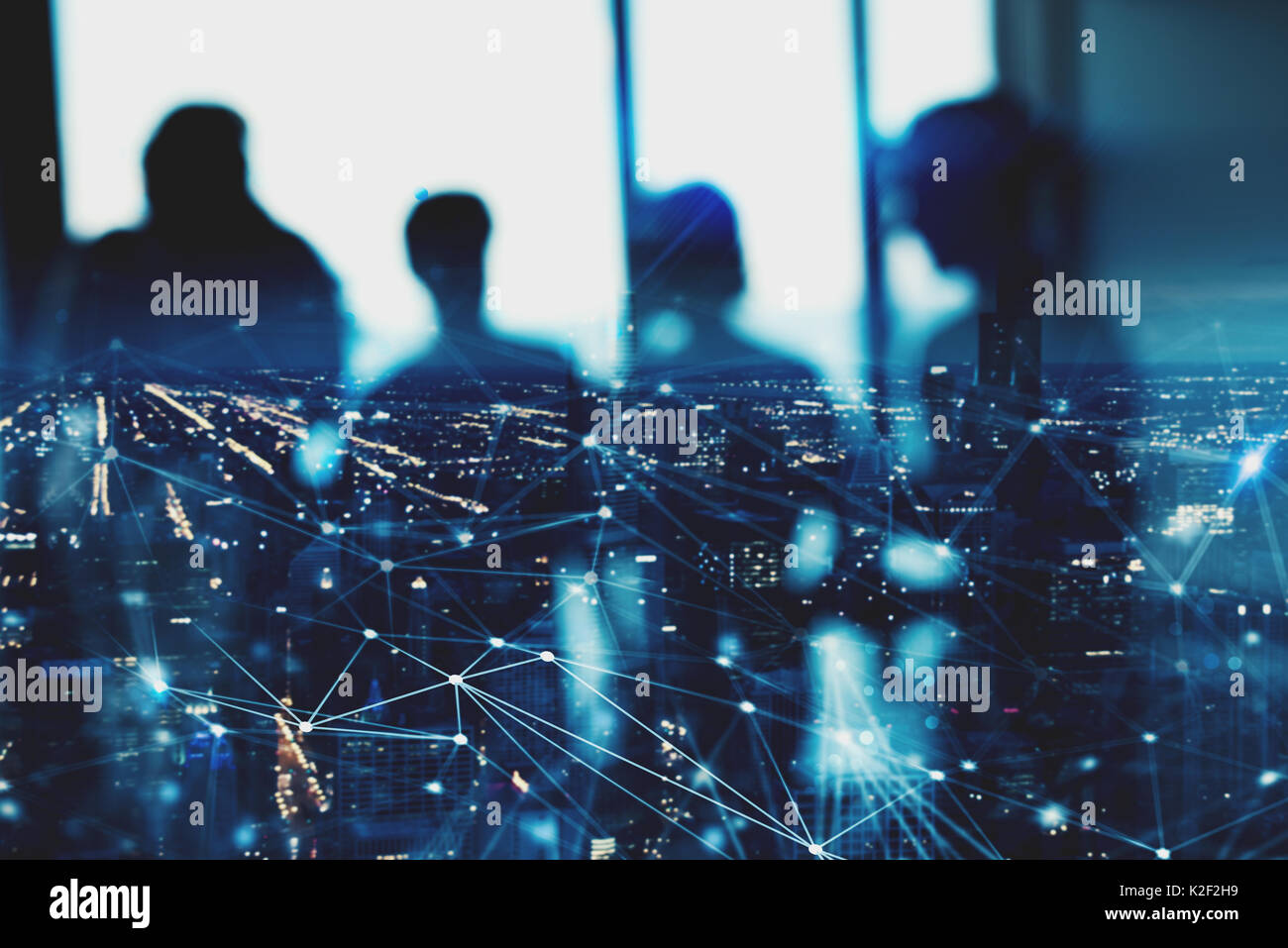 Silhouette sfocata di commercianti in ufficio con effetto di rete. concetto di partnership e il lavoro di squadra Immagini Stock