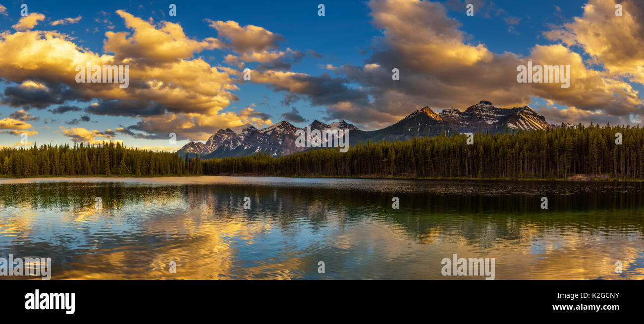 Panorama al tramonto di Herbert lago lungo la strada dell'Icefields Parkway nel Parco Nazionale di Banff, Alberta, Canada. Immagini Stock