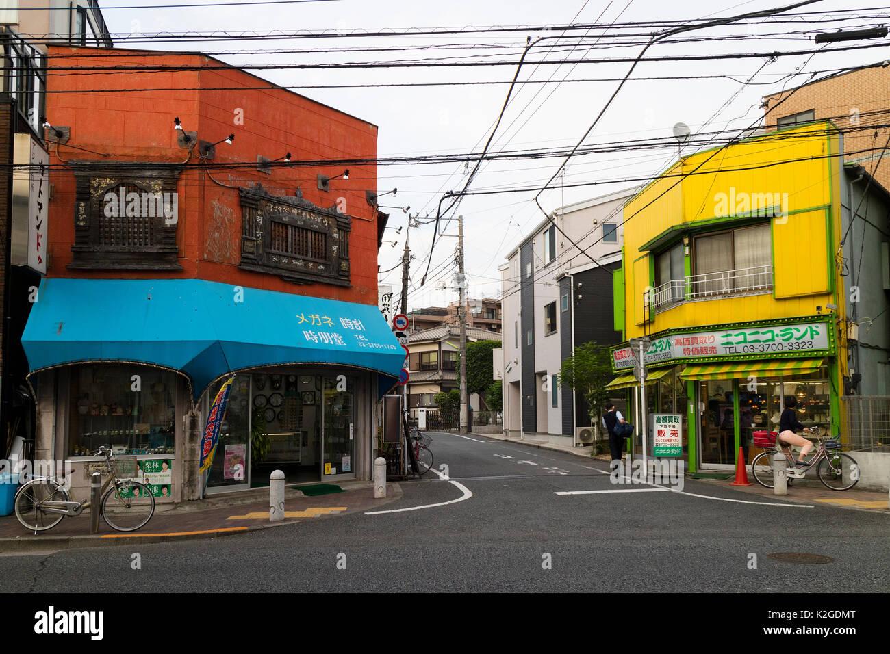Tokyo, Giappone - 11 Maggio 2017: negozi colorati in corrispondenza di un angolo della strada nel quartiere, Immagini Stock