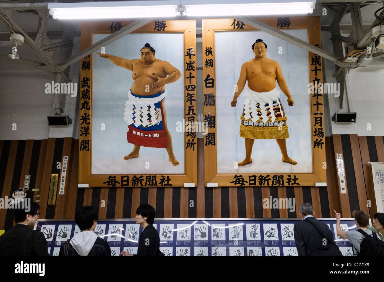 Tokyo, Giappone - 13 Maggio 2017: famosi lottatori di sumo foto e handprints in Sumida stazione ferroviaria Immagini Stock