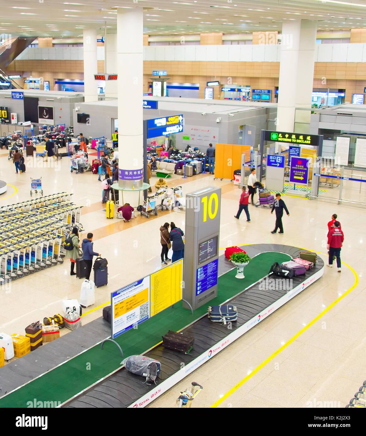SHANGHAI, Cina - 26 DIC 2106: persone all'Aeroporto di Shanghai Pudong arrivo contatore di immigrazione. Dall'Aeroporto di Pudong è un importante hub di aviazione della Cina Immagini Stock