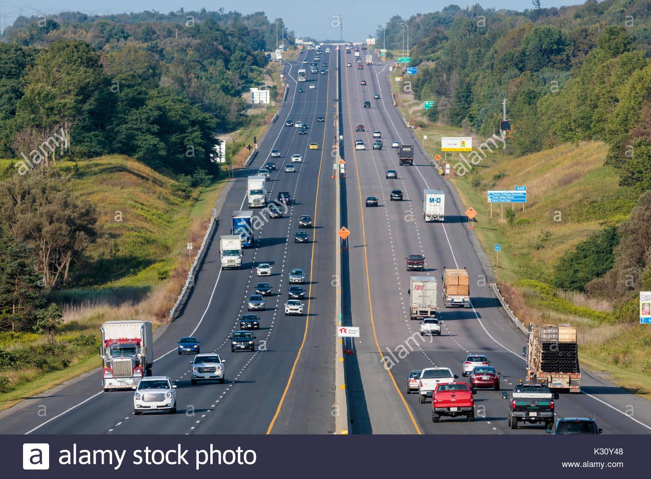 Il traffico su autostrada autostrada Autostrada 401 controllati su strada-Accesso autostrada Autobahn autostrada vicino porto speranza Ontario Canada Immagini Stock