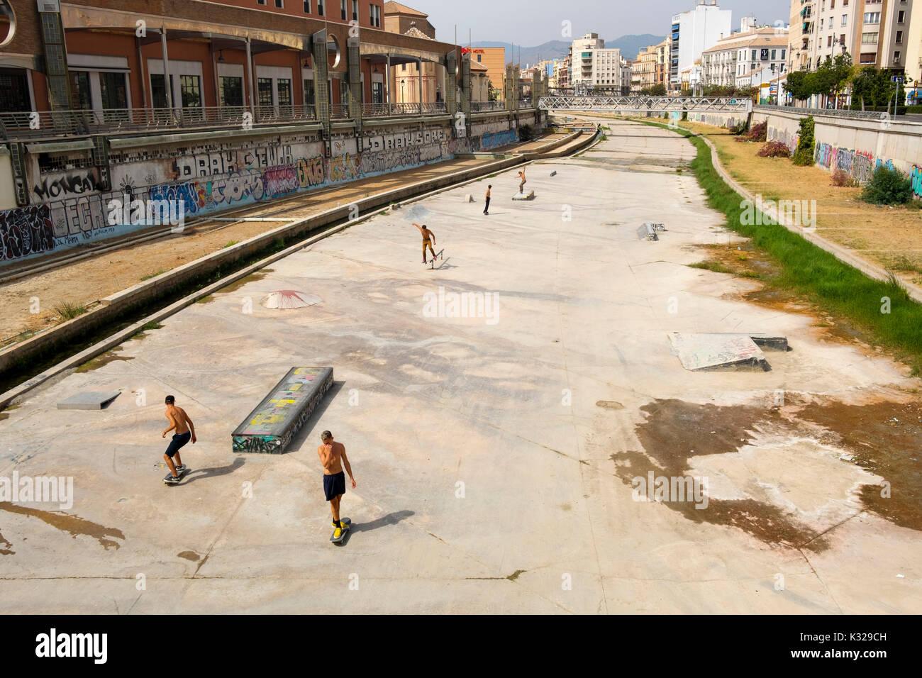 Skateboarders al fiume Guadalmedina canale, città di Malaga, Costa del Sol, Andalusia Spagna meridionale, Europa Immagini Stock