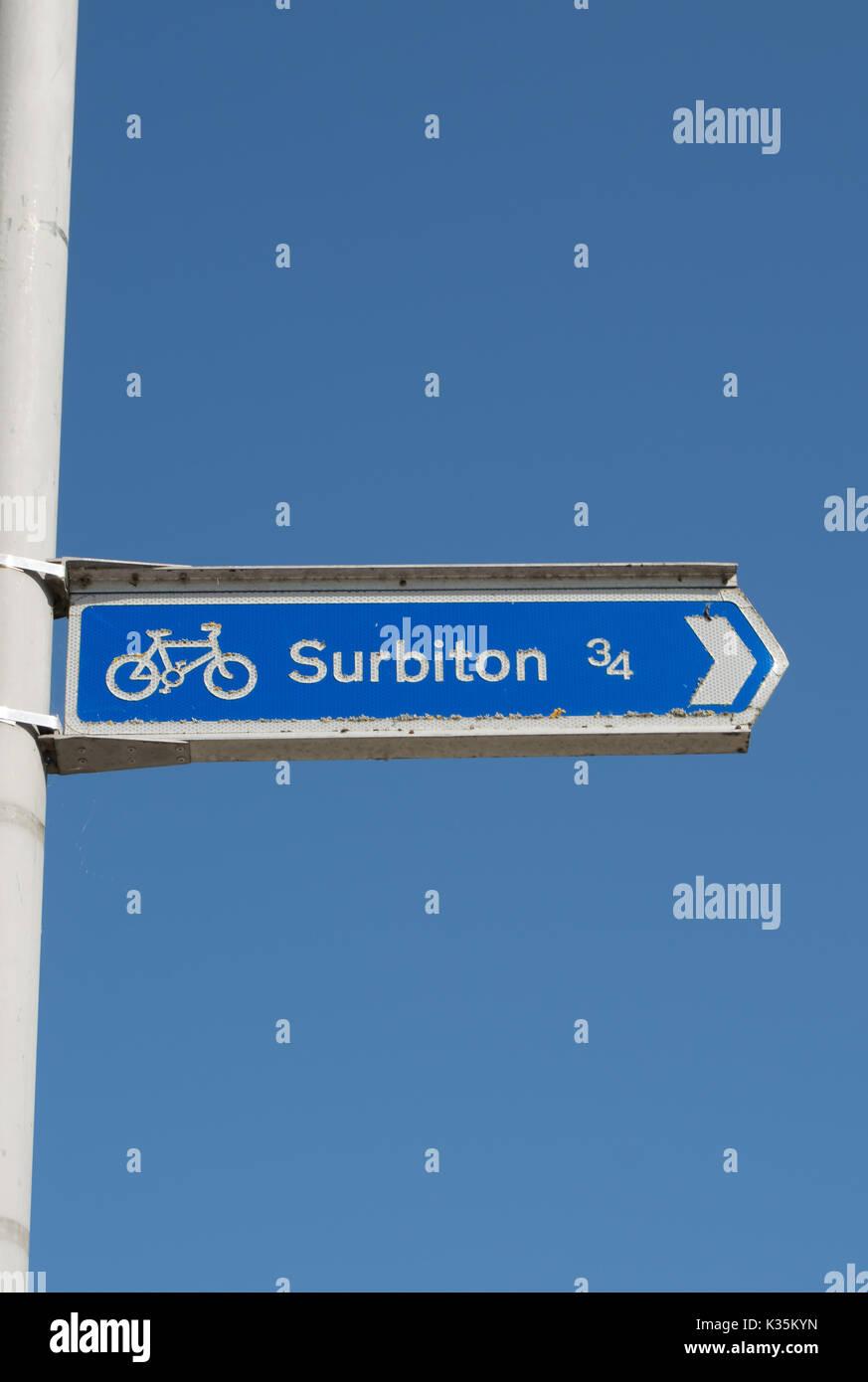 Rivolta a destra percorso ciclo segno dato la direzione e la distanza a Surbiton Surrey, Inghilterra Immagini Stock
