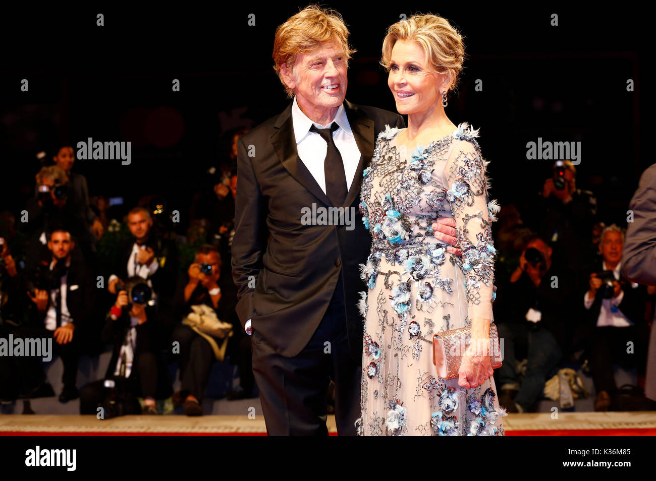 Robert Redford e Jane Fonda frequentando il 'le nostre anime di notte' premiere al 74a venice international film Foto Stock