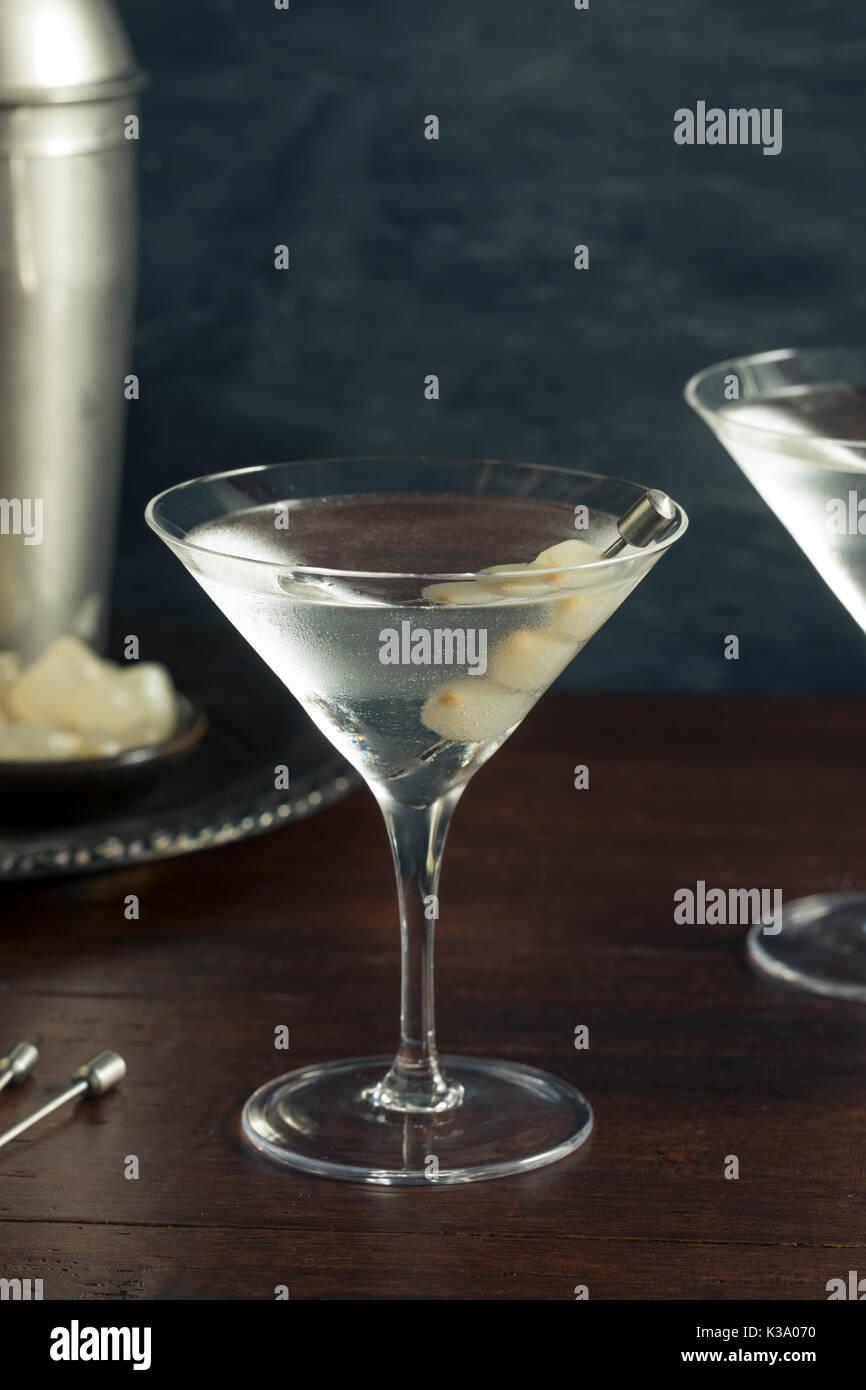 In casa Boozy Gibson Martini Cocktail con cipolle Immagini Stock