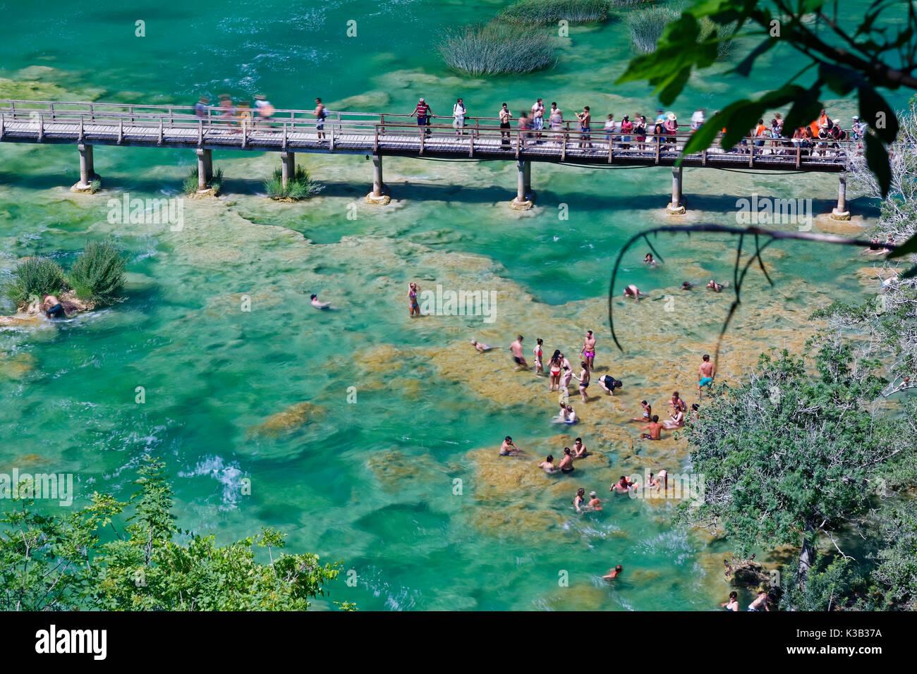 I turisti si bagnano alla cascata smotorcycleinski buk, parco nazionale di Krka, sibenik-knin, DALMAZIA, CROAZIA Immagini Stock