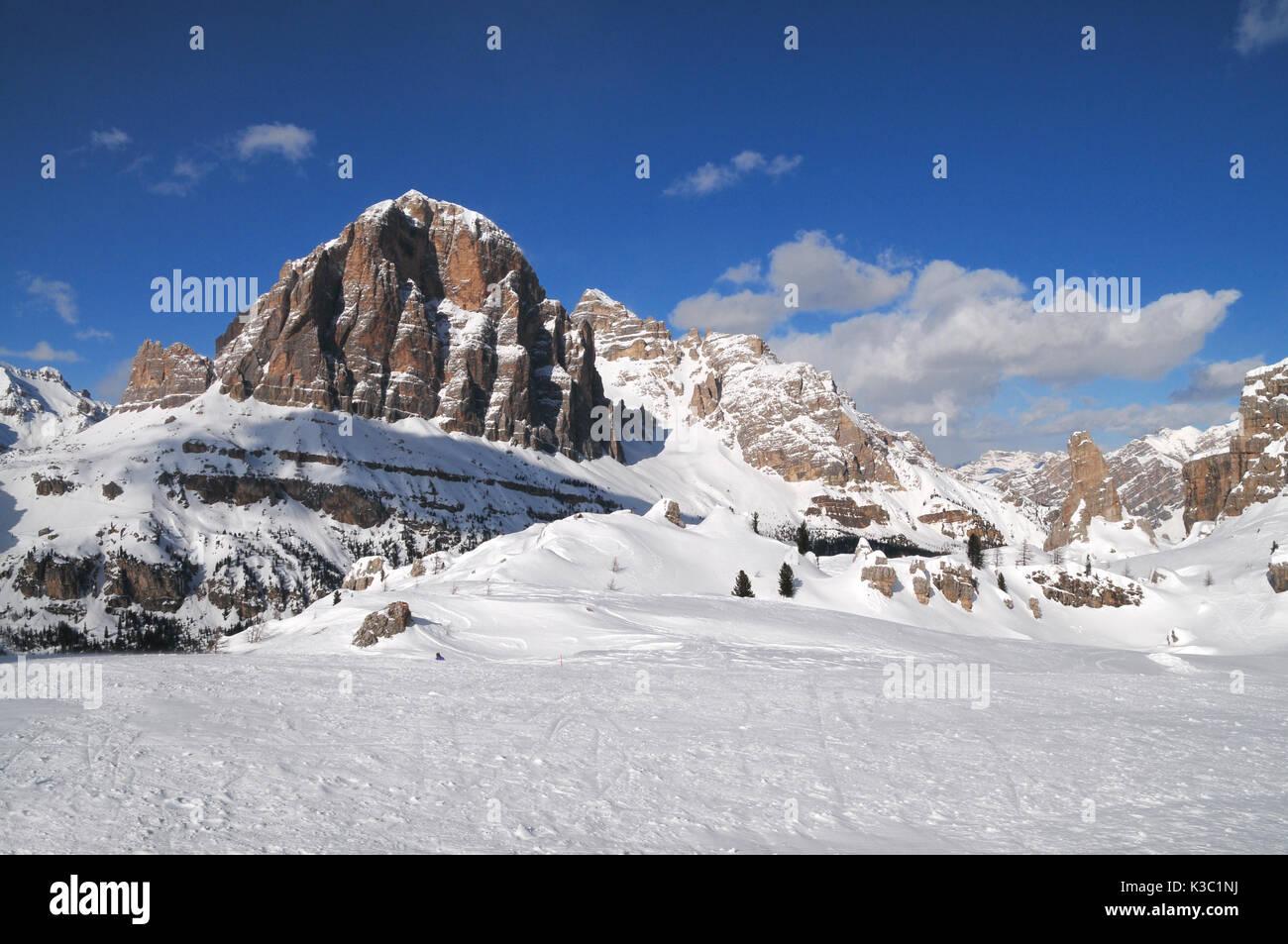 Gruppo delle Tofane nelle Dolomiti, (Tofana di Mezzo, Tofana di dentro e Tofana di Rozes) come visto dal rifugio scoiattoli vicino a Cortina d'ampezzo, Italia Immagini Stock