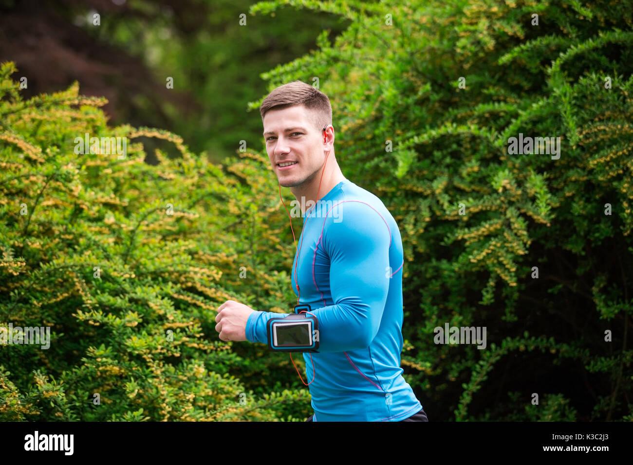 Una foto di giovani, ben costruito uomo jogging al parco. Immagini Stock