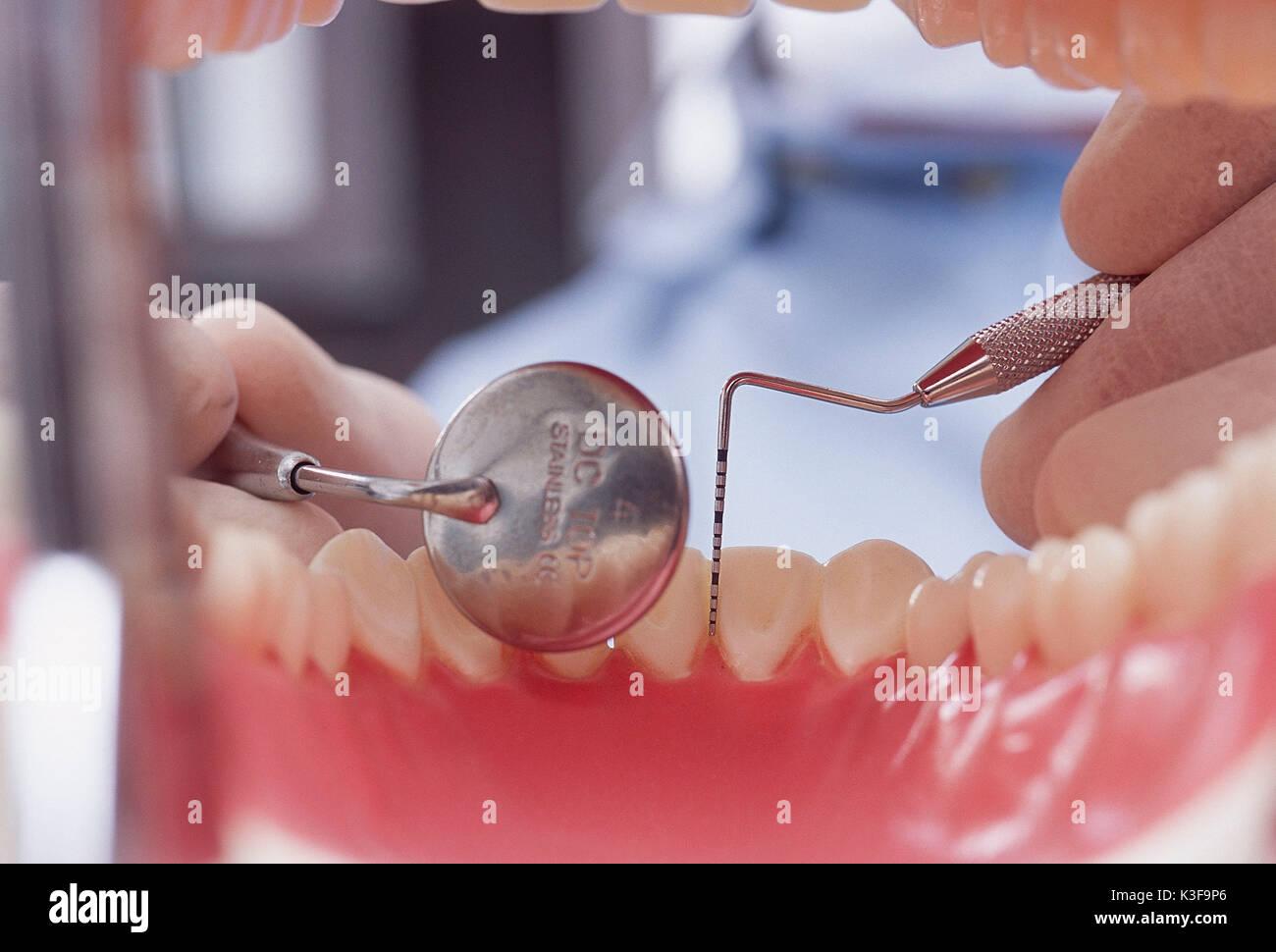 Esame presso il dentista / vista dettagliata la somministrazione orale Foto Stock