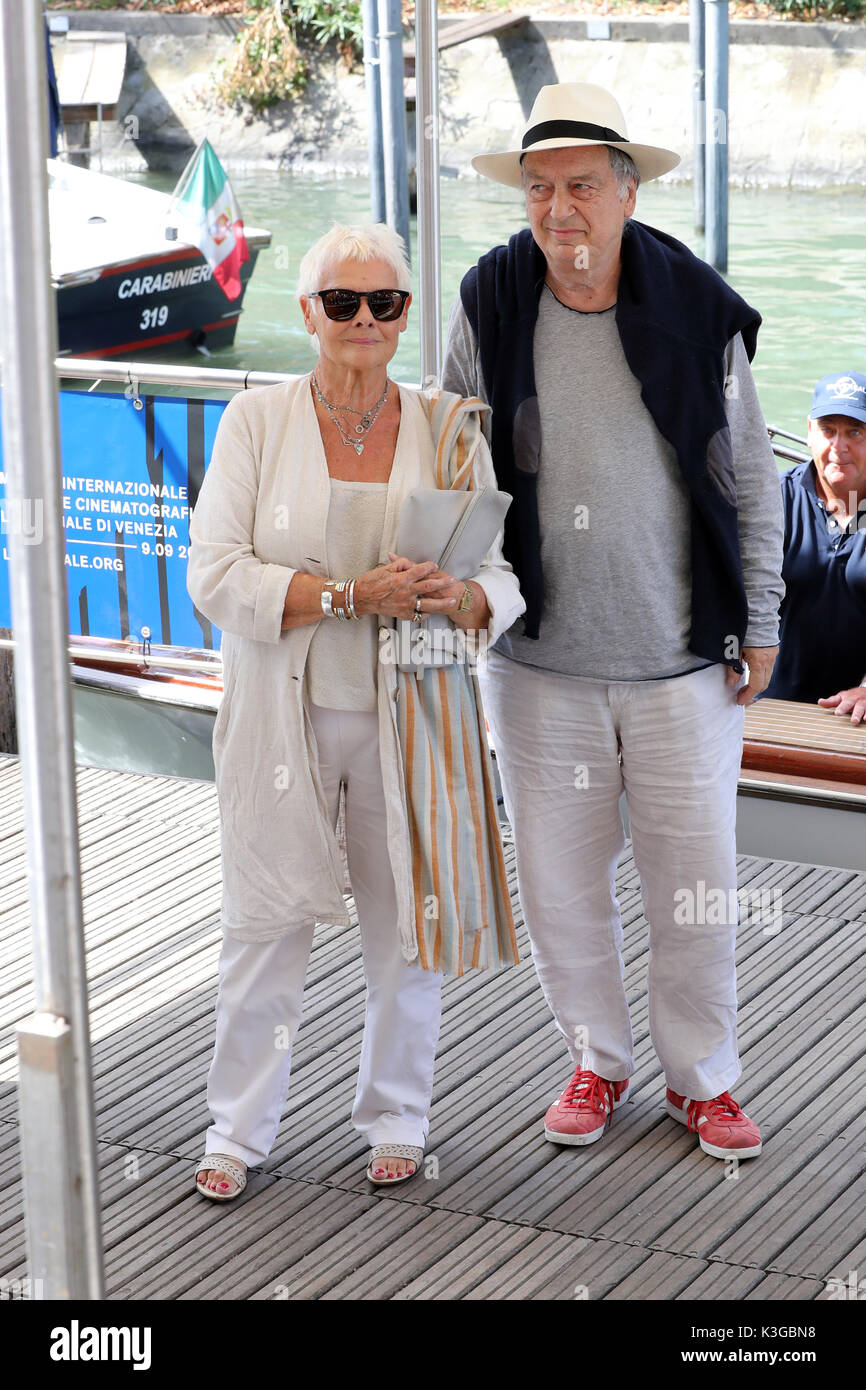 Venezia, Italia. 3 Sep, 2017. Judi Dench e Stephen Frears sono visti durante la 74a Mostra del Cinema di Venezia il 1 settembre 2017 a Venezia, Italia. Credito: Graziano Quaglia/Alamy Live News Foto Stock