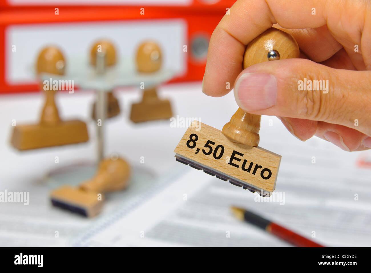 8,50 euro di salario minimo seleziona sul francobollo di legno Immagini Stock