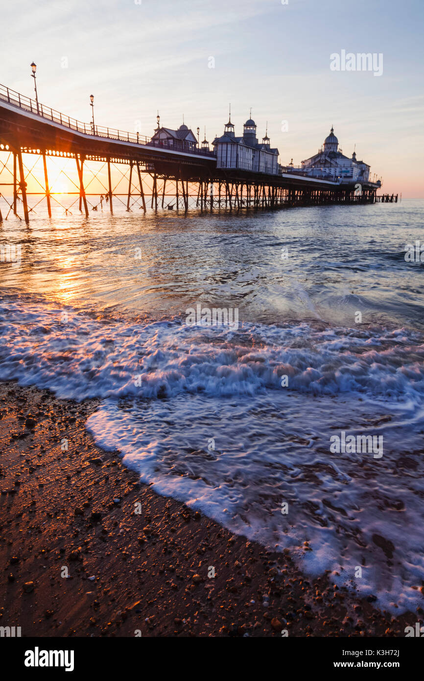 Inghilterra, East Sussex, Eastbourne, Eastbourne Pier all'alba Immagini Stock