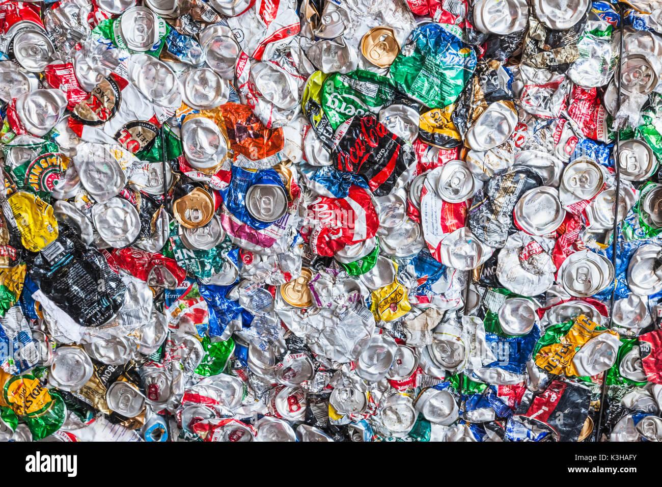 Inghilterra, London Southwark integrato per la gestione dei rifiuti, impianto di riciclaggio dei rifiuti, dettaglio di metallo compresso può balla Immagini Stock