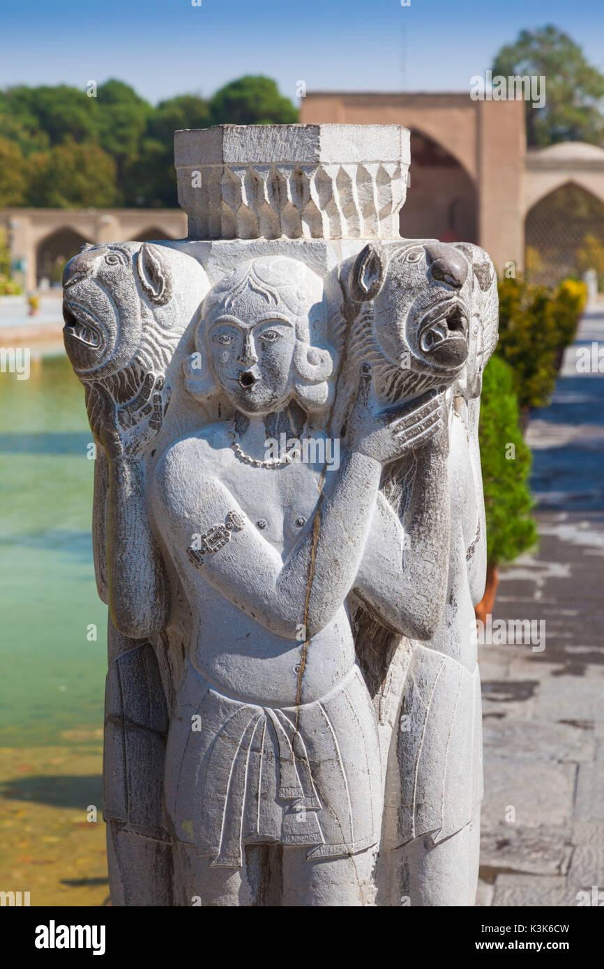 Iran, Central Iran, Esfahan, Museo di Arti Decorative, cortile statua Immagini Stock