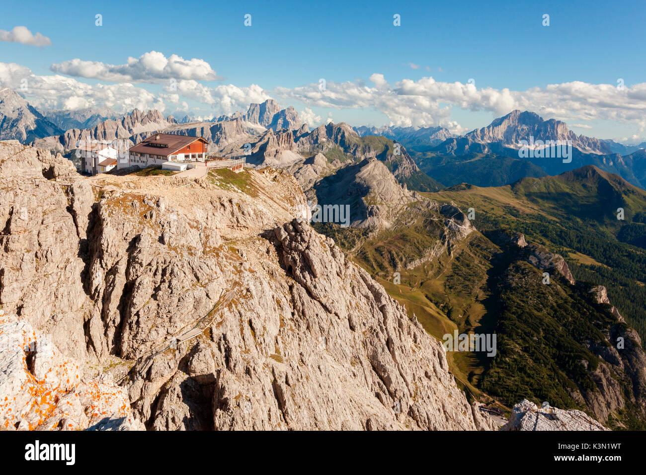 Il Rifugio Lagazuoi è uno dei più elevati rifugi di montagna nelle ...