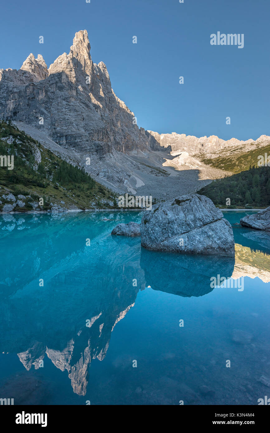 Il Sorapiss Lago, Dolomiti, Veneto, Italia. In il Sorapiss lago riflette il dito di Dio (il dito di Dio) Immagini Stock