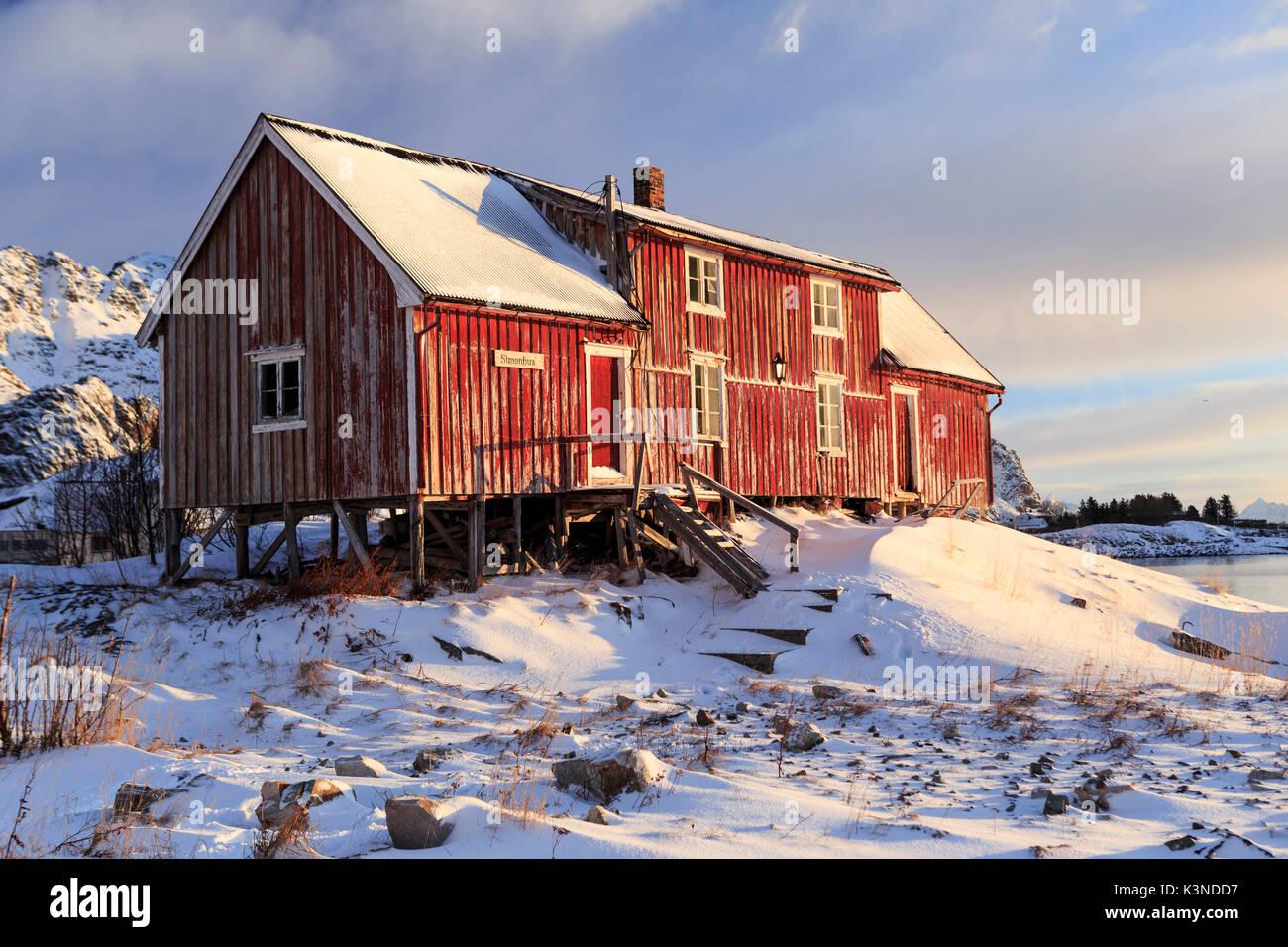 Fienile Rustico contro il sole di mattina,Henningsvaer villaggio di pescatori, Isole Lofoten in Norvegia Immagini Stock