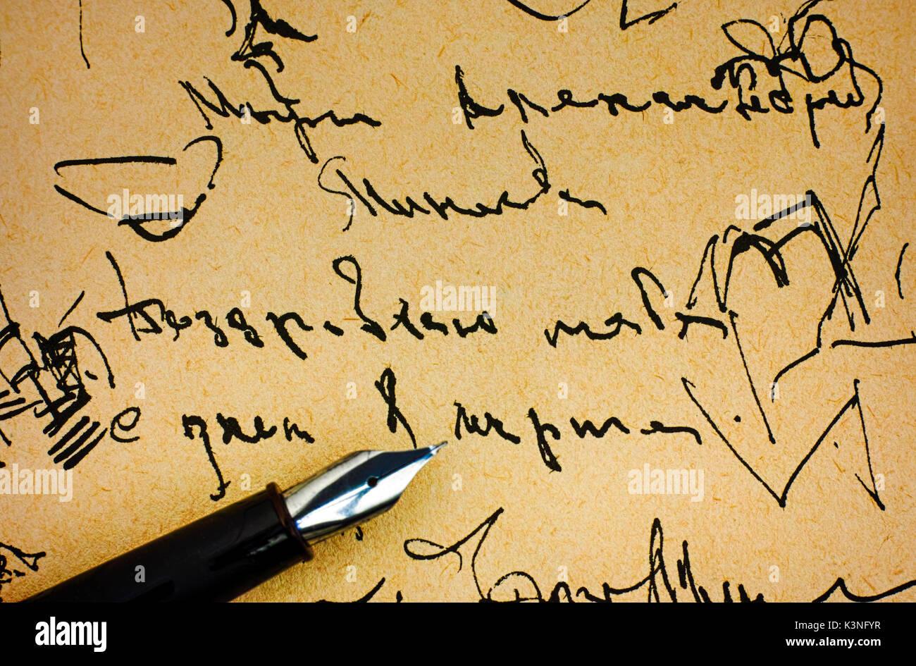 Penna stilografica sulla vecchia carta con inchiostro campione di grafia. Immagini Stock