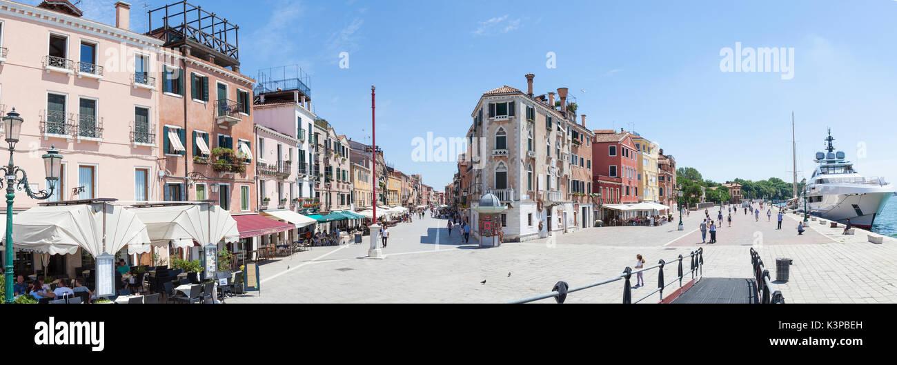 Panorama di Via Giuseppe Garibaldi e Riva Sette Martiri, Castello, Venezia, Veneto, Italia in una calda giornata estiva con turisti e uno yacht ormeggiati a Immagini Stock
