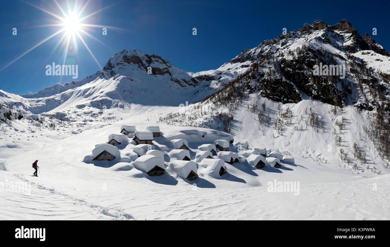 Con le racchette da neve presso il fantastico Alpe Lendine, quasi completamente coperto di neve incredibili che Foto Stock