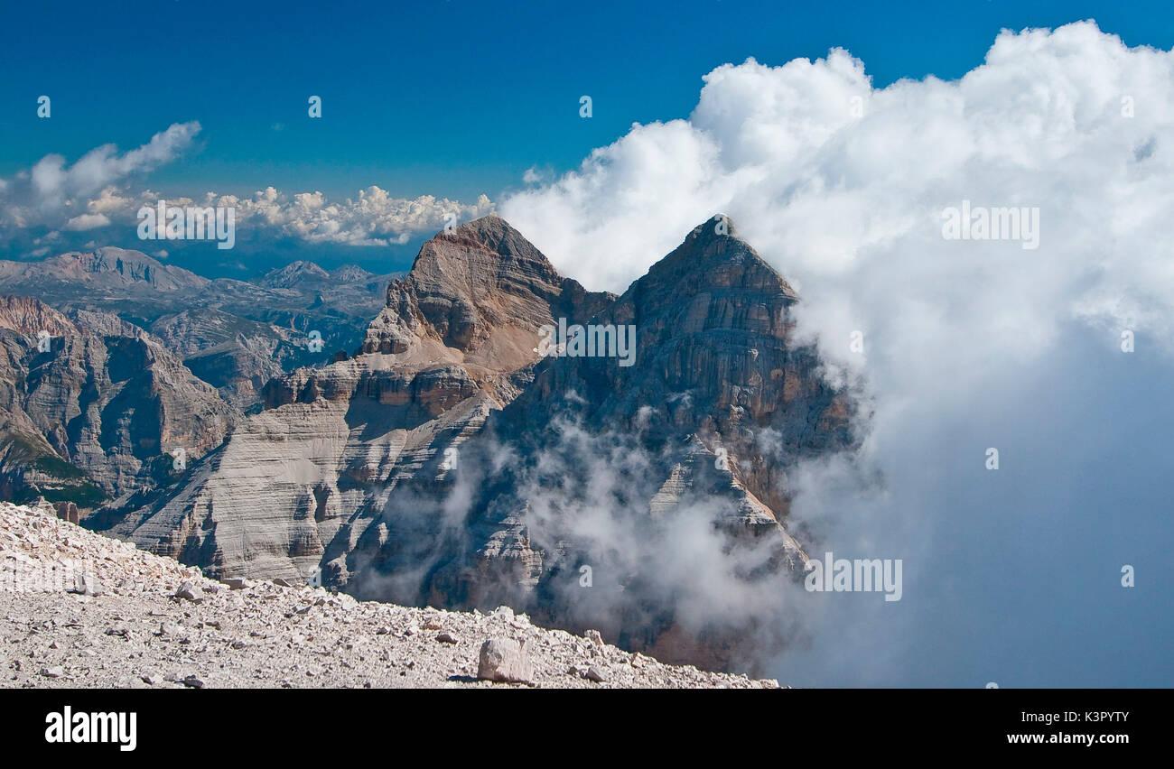 Nuvole minacciose raccolta sulla parte superiore delle Tofane di Mezzo e di Dentro - Shot presi dalla Tofana di Rozes - Dolomiti Trentino Alto Adige Italia Europa Immagini Stock