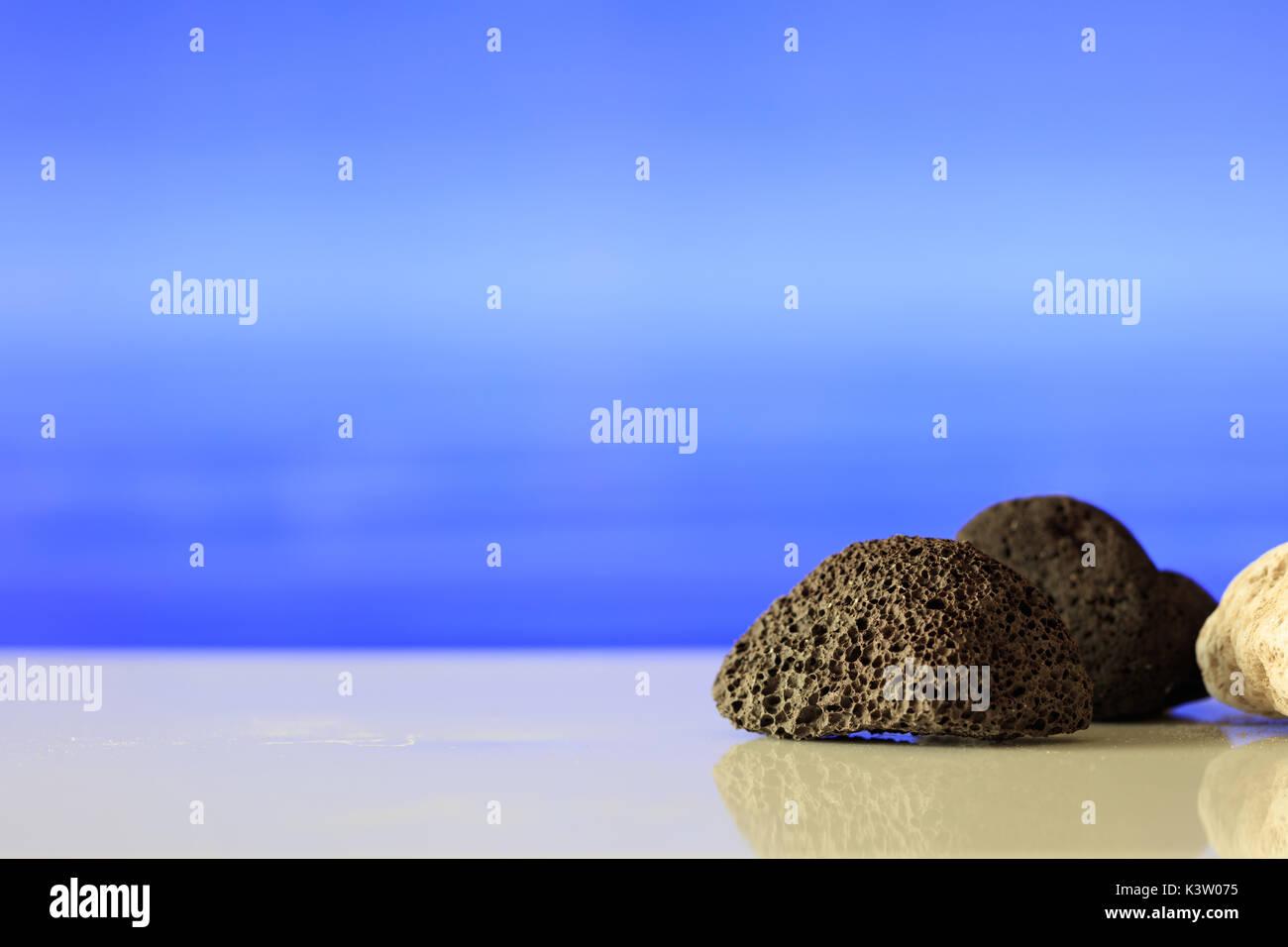 Bianco E Nero Pietre Pomice Sul Blu Del Mare Sullo Sfondo Foto