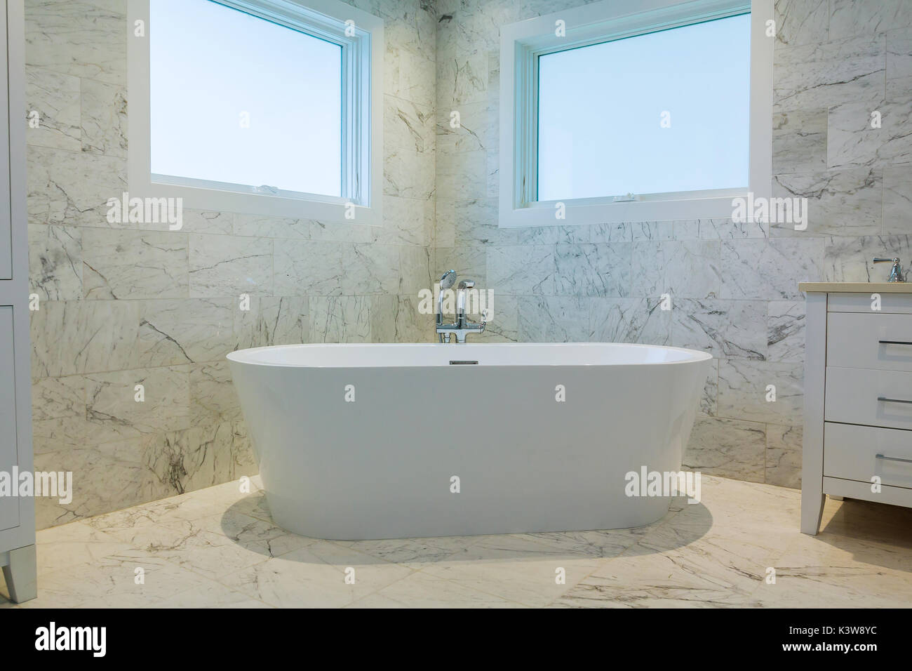Vasca Da Bagno Stile Francese : Bagno di lusso in stile francese in casa da bagno retrò bianco foto